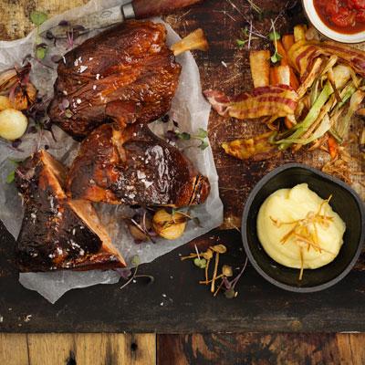Rökta Revbensspjäll & Alspånsrökt lårklubba Bacon & tomatconcassé, potatispuré, krämig spetskålssallad