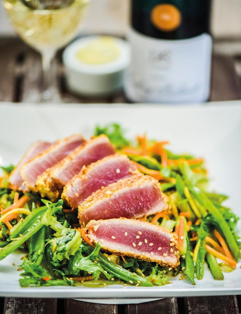 Snabbhalstrad sesamkryddad tonfisk på kryddhet salladsbädd kräver sin riesling